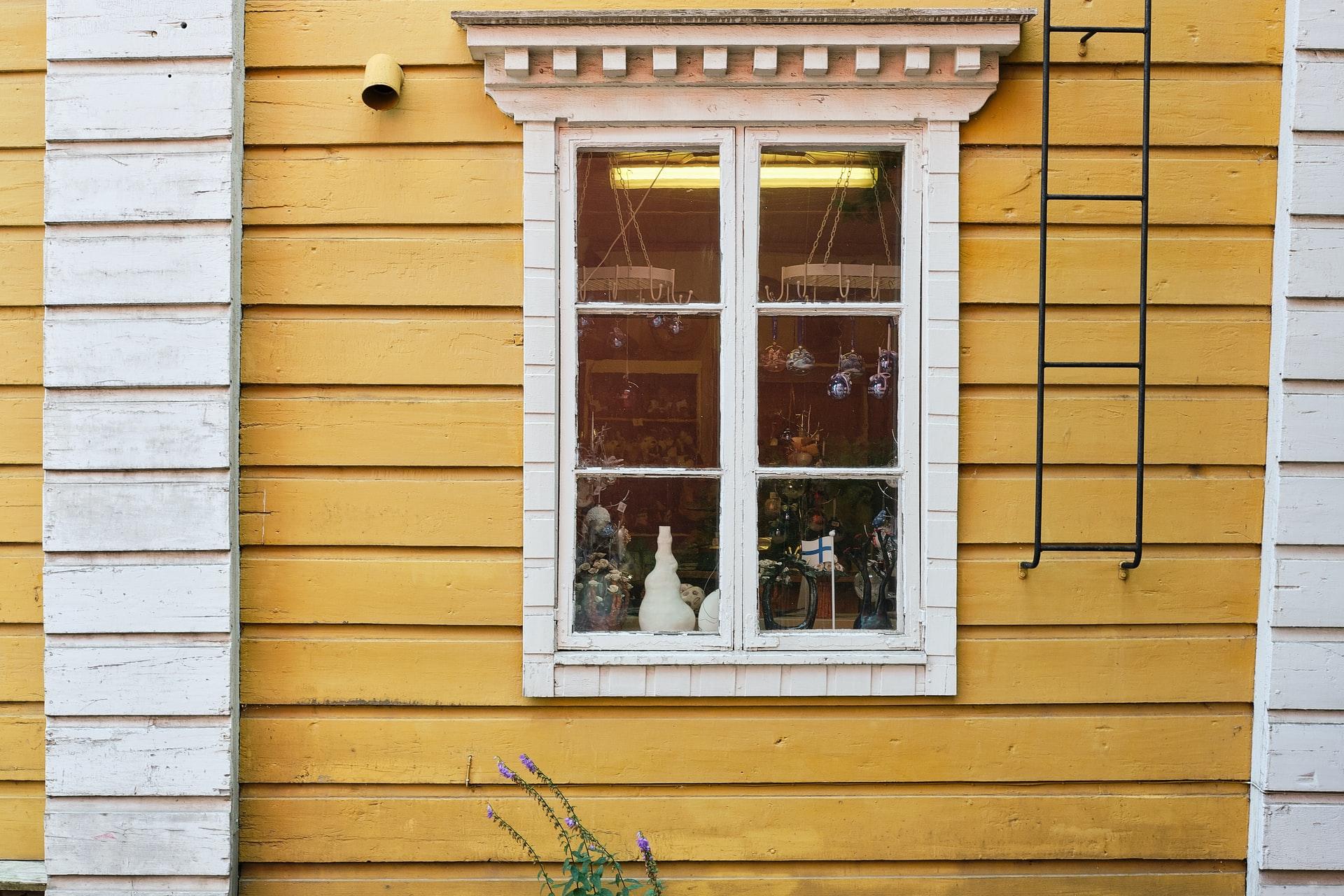 gevel van geel houten huis